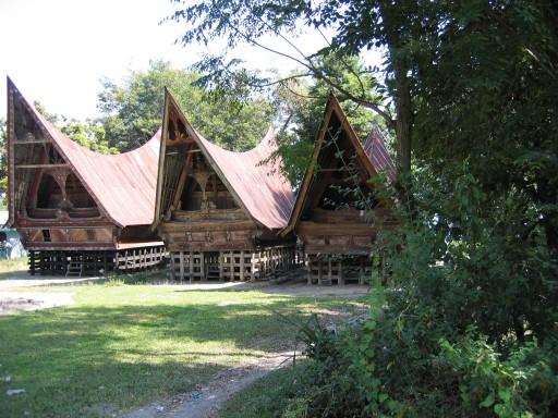 Toba Batak huizen 512x3841 - The region around lake Toba